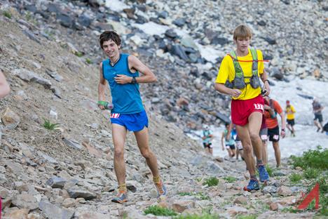 Elite High School runners Joshua Thatcher and Kale Sharp race up the first climb.